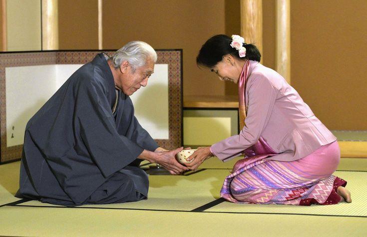 IlPost - Kyoto, Giappone - La leader dellopposizione birmana Aung San Suu Kyi riceve il tè da Sen Genshitsu, capo di Urasenke, una delle principali scuole della cerimonia del tè giapponese. Suu Kyi è in visita in Giappone per una settimana. (AP Photo/Kyodo News)