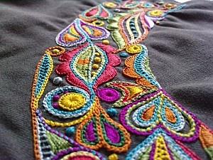 C'est une broderie Glazig (Quimper) que j'ai travaillé en m'inspirant des couleurs Bollywood ^^ Cette broderie est (normalement) la première partie d'un petit sac à broderie brodé ....