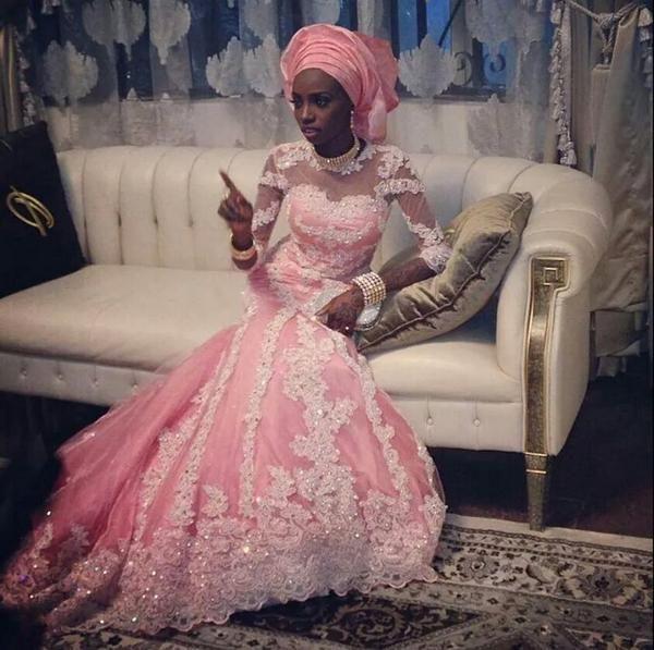 Novia nigeriana con vestido color rosa.