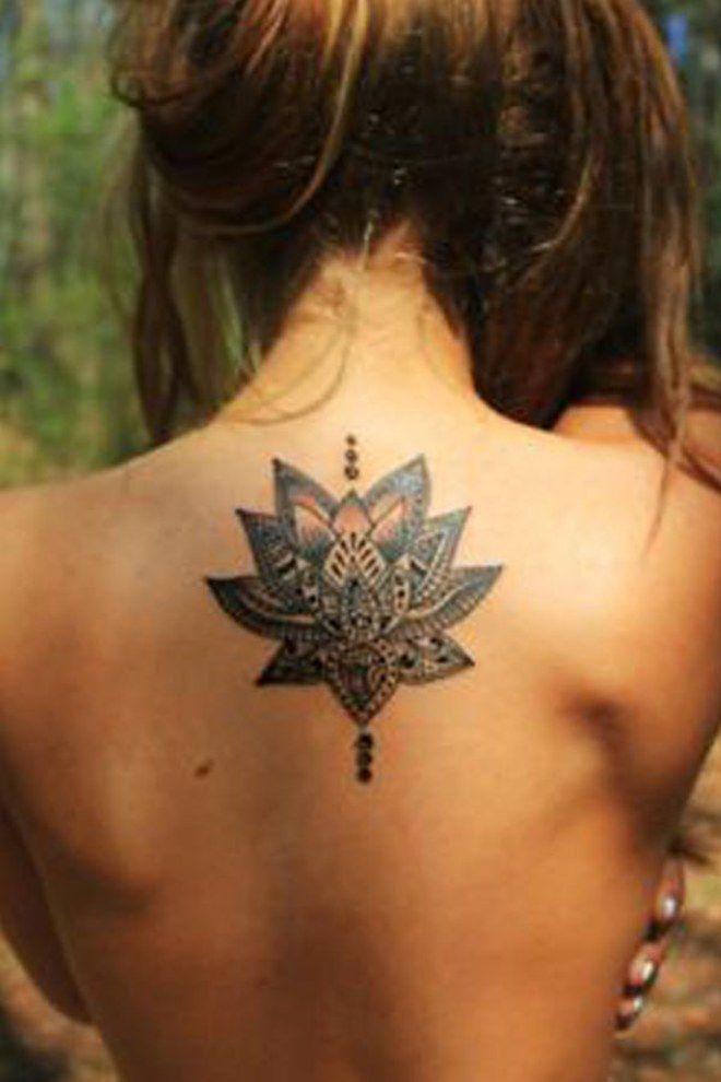 Un tatouage de fleur de lotus dans le dos
