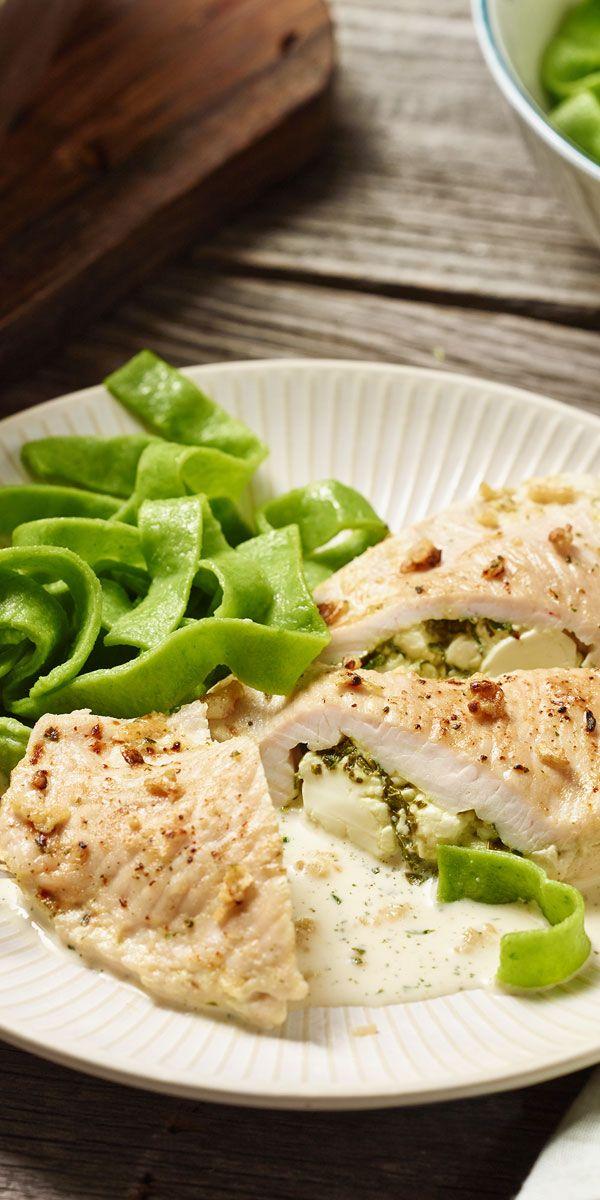 Aus nur wenigen Zutaten entsteht hier im Handumdrehen ein leckeres Gericht. Die Putenschnitzel gefüllt mit Bärlauch und Schafskäse eignen sich ideal für dein Ostermenü. Guten Appetit!