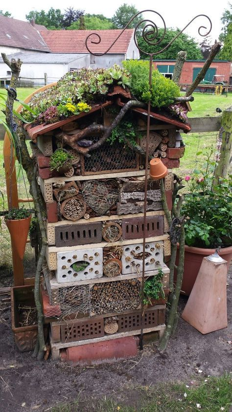 Insektenhotel aus kleinen Paletten, Lochsteinen un…