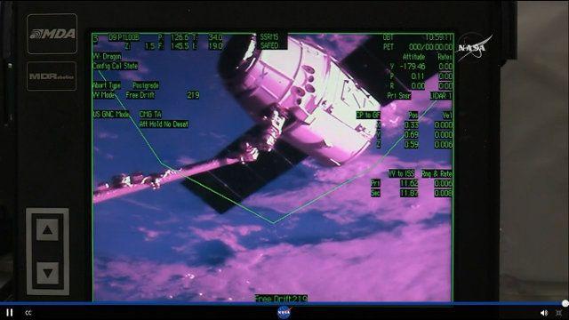 Poco fa la navicella spaziale Dragon di SpaceX è stata catturata dal braccio robotico Canadarm2 della Stazione Spaziale Internazionale. Jeff Williams, assistito dalla collega Kate Rubins, ha gestito l'operazione e ha cominciato a spostare la Dragon verso il punto d'attracco al modulo Harmony. Il cargo spaziale era partito lunedi scorso. Leggi i dettagli nell'articolo!