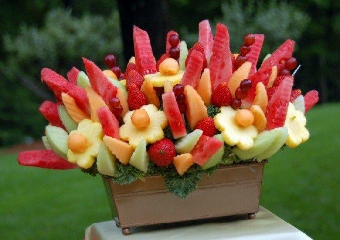 Ziet er toch gezellig uit zo een fruit boeket? Leuk voor een feest of BBQ.