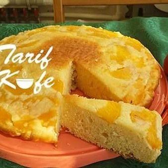 Şeftali Dolgulu Kek  Malzemeler:  3 adet yumurta 100 gr. tereyağı 1 s bardağı toz şeker 1 su bardağı yoğurt 1 su bardağı un + 2 yemek kaşığı un 1 paket kabartma tozu 2 adet orta boy şeftali 2 yemek kaşığı toz şeker Üzeri için pudra şekeri Hazırlanışı:  İlk olarak 26 cm lik fırın kabının içine yağlı kağıt seriyoruz. Kabın tabanına 2 yemek kaşığı toz şekeri serpiştiriyoruz. Şeftalilerimizi dilimleyip tabanına diziyoruz. Sonrasında derin bir kaba oda sıcaklığındaki 100 gr. tereyağını koyup…