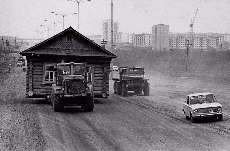 Перевозка дома в Набережных Челнах, 1972 год  Фото: Геннадий Копосов