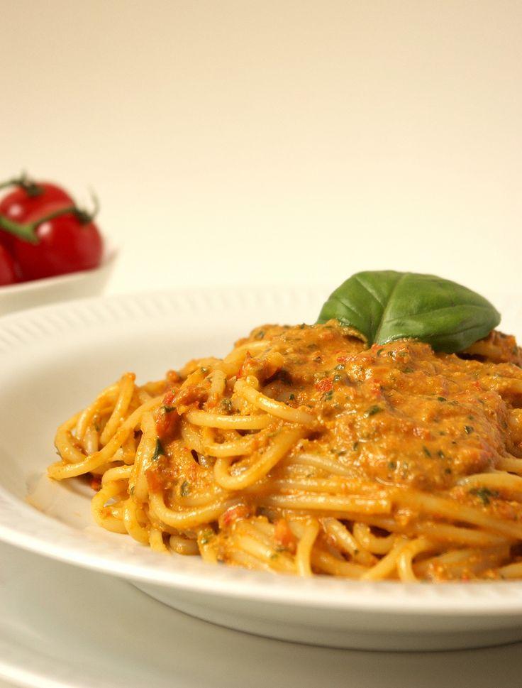 Spaghetti au pesto rouge    Versione italiana più giù     Je me suis rendue compte que sur ce blog il n'y pas le symbole (ou cliché) de la...