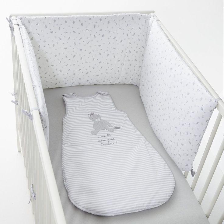Ce tour de lit bébé est en pur coton percale. Recto rayé. Verso uni, motifs couronnes et étoiles. 3 panneaux à fixer au lit par des liens à nouer. Dimensions : 40 x 180 cm. Ce tour de lit est adaptable aux lits à barreaux 60 x 120 cm et 70 x 140 cm.  Composition et détails :Matière Pur coton percale de qualité (80 fils/cm²).Garnissage 100% polyester.Doublure 100 % polyesterEntretien :Lavage en machine à 40°