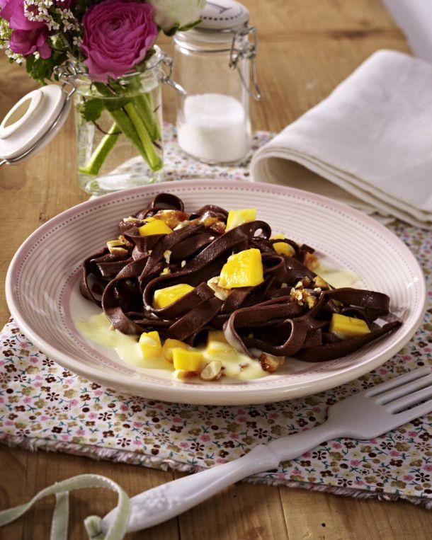 Unser beliebtes Rezept für Selbstgemachte Schokoladennudeln mit Mango, karamellisierten Mandeln und Vanillesoße und mehr als 55.000 weitere kostenlose Rezepte auf LECKER.de.