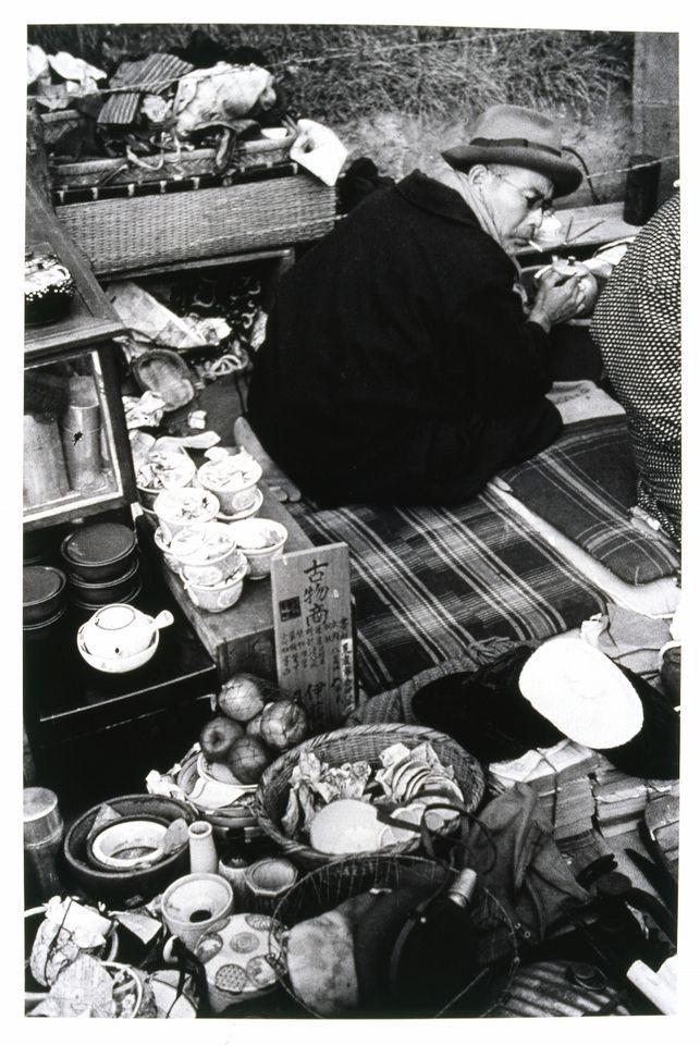 Kineo KUWABARA :: 1936. 《世田谷ボロ市(世田谷区若林町)》 1936年 | ゼラチン・シルバー・プリント | 世田谷美術館蔵