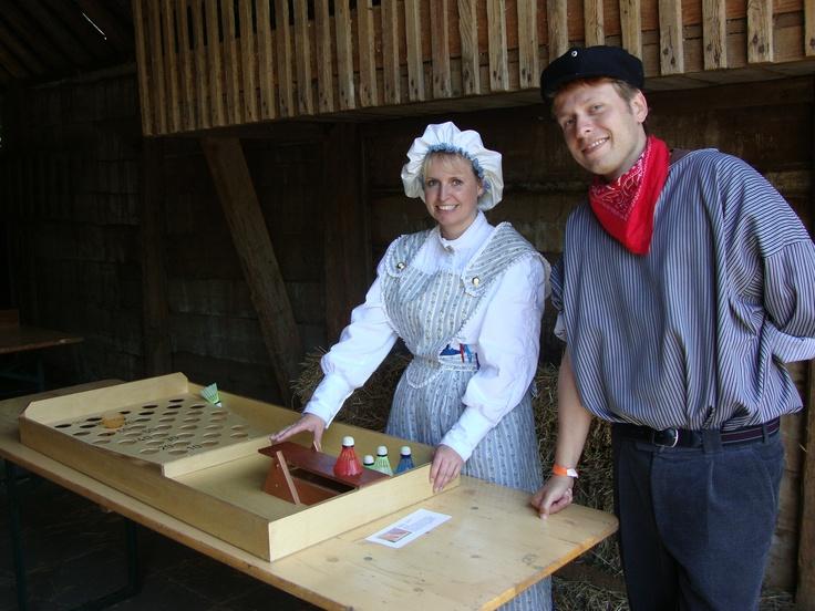 Oud Hollandse Spelen begeleid door boerenjongen/ boerenmeisje. Kostuum is dienstmeid naar voorbeeld 1900/1920. 5 uur lang op uw locatie. Zie www.oudhollandsentertainment.nl voor meer info