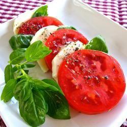 Come dimenticare l'insalata caprese? Preparazione semplicissima, naturalmente la differenza la fa la qualità degli ingedienti! http://allrecipes.it/ricetta/1042/insalata-caprese.aspx