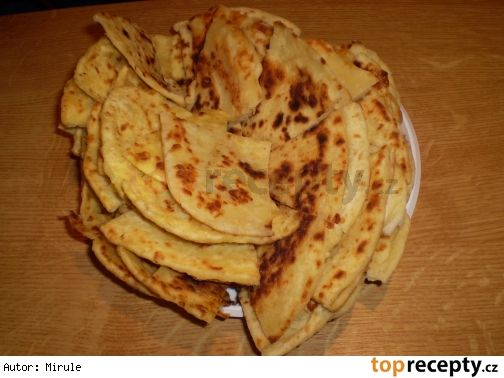 Domácí tortily 2 hrnky hladké mouky 50 g změklého sádla 1/2 hrnku vlažné vody trocha soli