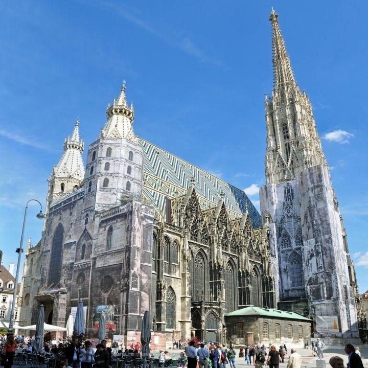 Der Stephansdom ist das Wahrzeichen Wiens. Im 12. Jahrhundert wurde mit dem Bau begonnen. Heute ist er das bedeutendste gotische Bauwerk Österreichs.  Der Stephansdom ist 107,2 Meter lang und 34,2 Meter breit. Er besitzt vier Türme. Der höchste ist der Südturm mit 136,44 Meter. Über 343 Stufen gelangt man in die Türmerstube, von der aus man einen gigantischen Ausblick über Wien hat. Insgesamt 13 Glocken hängen hier. Die bekannteste Glocke des Stephansdoms, die Pummerin, befindet sich…