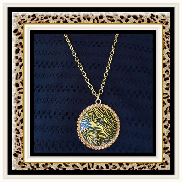 🌺🌴🌺 TRENDY ANIMAL PRINT PENDANT 🌺🌴🌺 🌺🌴🌺 This is a knockout pendant that is impossible to go unnoticed.  The medallion has a facet diamond cut.  It shimmers like one too. It is completely surrounded by complimentary colored crystal rhinestones.  It's a very unusual and gorgeous pendant. 🌺🌴🌺 Jewelry