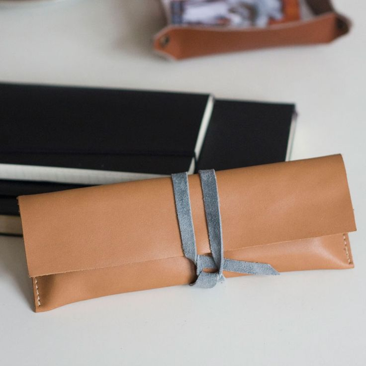 Płaskie, skórzane etui na długopisy. Wiązane. Flat, leather pencil case with tie. #pencilcase #leather_accessories #leather #handcrafted #rzemioslo #accessories #bytom #bardzostudio #pen_case