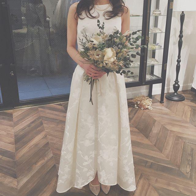. . fitting snap⁂ . . お客さまのご試着写真です . 新作のジャガードセパレートを 大人っぽくさらっと 着こなしてくださりました𓆸 . 横からのラインや 後ろから見たときのデザインも とても綺麗なので コーディネーターおすすめの1着です♪ . . #ザドレスルーム#ウェディングドレス #ナチュラルウェディング#ガーデンウェディング #リゾートウェディング#アウトドアウェディング #フォトウェディング#ドレス #シンプルドレス#カジュアルドレス #ナチュラルドレス#セパレートドレス #2次会ドレス#花嫁#プレ花嫁 #結婚式準備#結婚式#試着#ドレスショップ #海外ウェディング#袖付きドレス#前撮り #ブーケ #ブートニア #ドライフラワーブーケ #ドライフラワー #クラッチブーケ