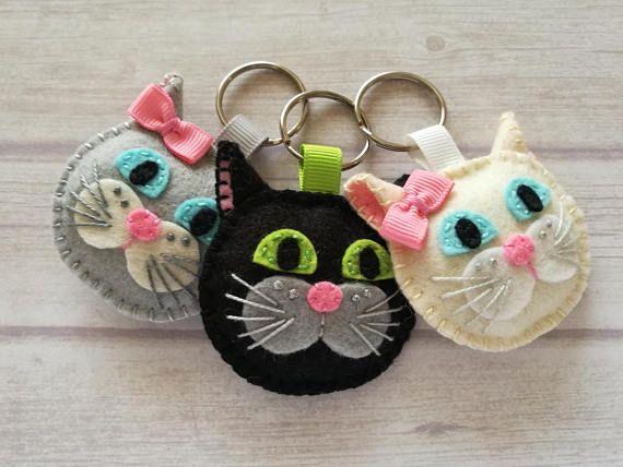 Kat sleutelhanger - grijze kat - Muca Maca de girly kat - zilver grijze wol voelde sleutelhanger Kat sleutelhanger - zwarte kat voelde sleutelhanger - Muri de kat / wol mengsel vilt Deze aanbieding is voor 1 sleutelhanger U kunt kiezen uit -zwarte kat (wol mix) -donkere bruine kat (wol mix) -donker grijs (100% wol) -Parel grijze kat girly kat (wol mix) -uit witte girly kat (100% wol) Handgemaakt uit wol mix voelde of wol voelde Gebaseerd op karakters Muri en Maca van Sloveense kinder...