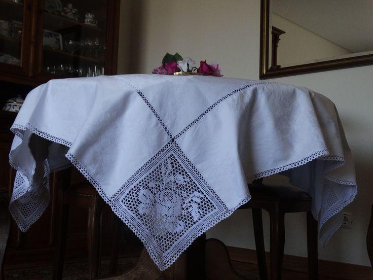 Toalha de mesa com pormenor de croché.