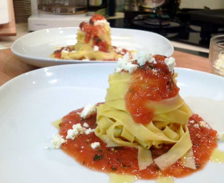 tagliatelle salsa di pomodoro affumicato feta e profumo di basilico
