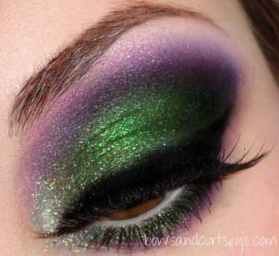 Pretty as a peacock!  Prachtige diepgroene oogschaduw met een lichte glitter met diep donkerpaarse basis. Afmaken met donker zwarte eyeliner en mascara. Trots als een pauwenoog ;)   Green and purple glittery eyeshadow