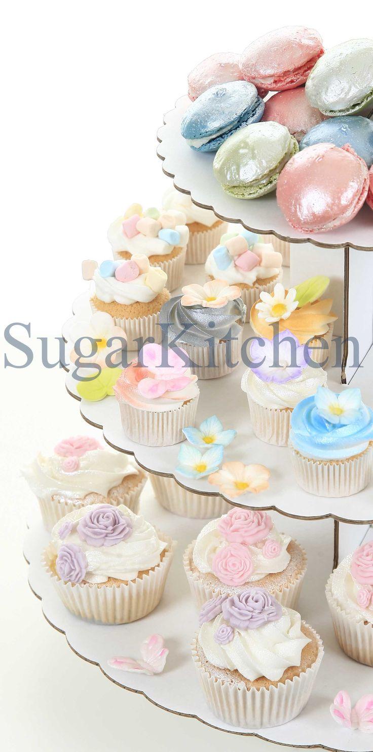 Enkelt cupcakefat i tre våningar. Tillverkad av vit papp som kan användas som det är, eller kläs med ex presentpapper eller spraymålas för att få samma tema som ex dukningen. Boka visning på www.sugarkitchen.se
