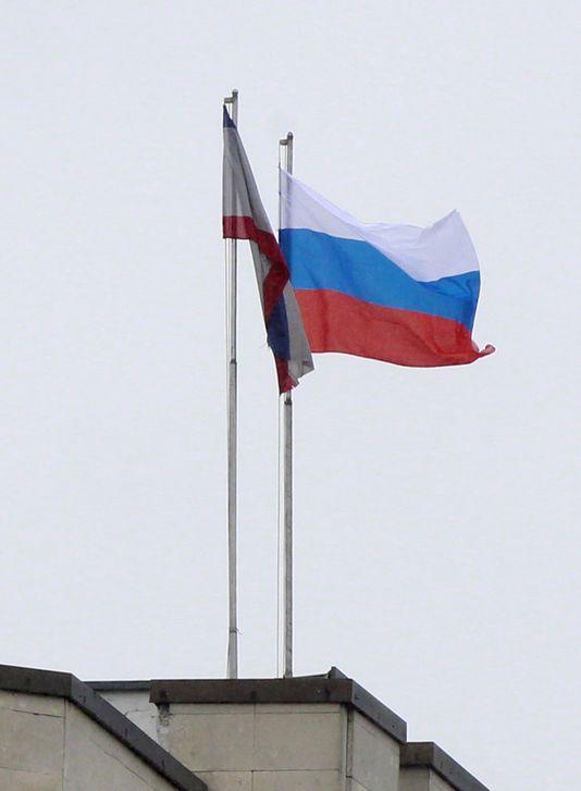 27.02.14 / Le drapeau russe hissé sur le Parlement de Crimée en Ukraine / Un groupe d'hommes armés prorusses occupait, jeudi 27 février au matin, le Parlement régional de Crimée. Les protestataires ont levé un drapeau russe sur le toit du bâtiment. La veille, une manifestation violente avait opposé, dans la cour, des Russes et des membres de la minorité tatare. Le ministre de l'intérieur par intérim ukrainien, Arsen Avakov, a annoncé sur Facebook que « des mesures ont été prises pour ...
