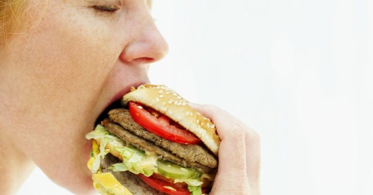 ¿Qué es una dieta aterogénica?. La dieta occidental es rica en colesterol y otros factores aterogénicos. La aterogénesis es la formación de placas en la pared interna de las arterias y está asociada a la enfermedad cardíaca coronaria o ECC. La ECC es un problema enorme en Estados Unidos. Alrededor de 800.000 estadounidenses sufrieron su primer ataque cardíaco en el 2009 y ...