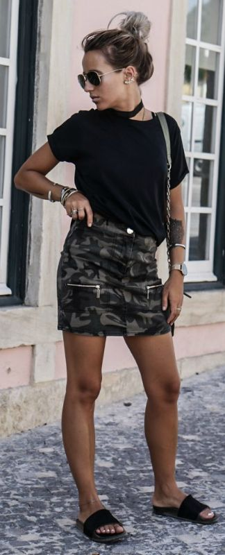 hundred great ways + mini skirt trend + Camille Callen + edgy and original + camo print skirt + zip detailing + simply + black tee and flats.   Shirt: Mango, Skirt: Asos, Bag: Zara.