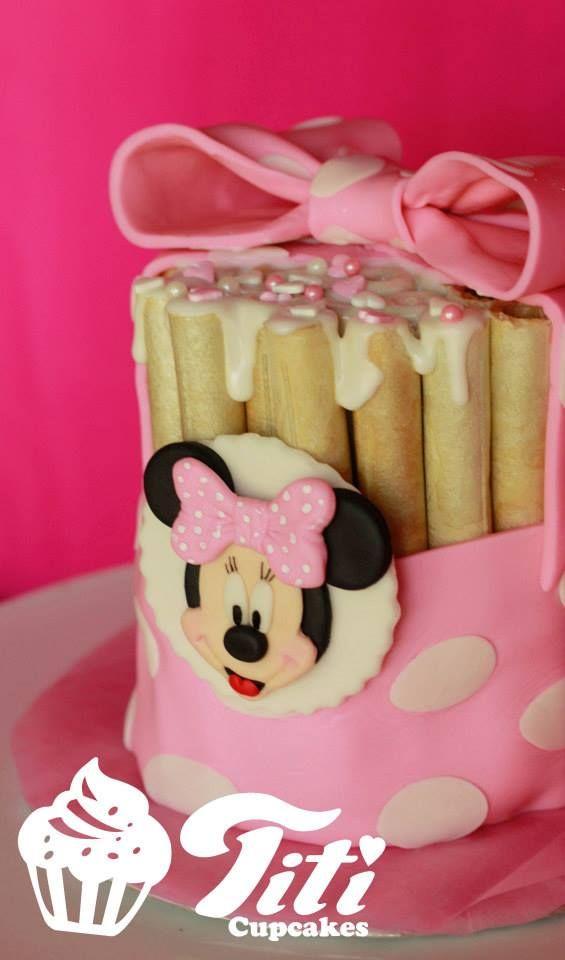 torta cuchufli con glaseado de frambuesa y sprinkles <3