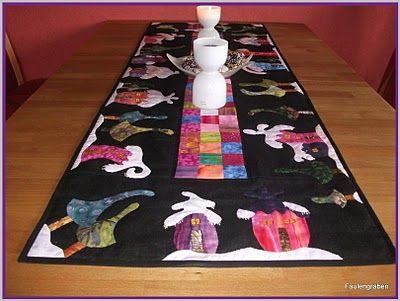 """Tischläufer nach einer Anleitung von """"Quilt My Design"""" - allerdings nicht als Weihnachtsbaumdecke gearbeitet - sondern in Form eines Tischläufers - 49 cm x 135 cm Batiks appliziert auf Leinen und mit der Hand bestickt und gequiltet."""
