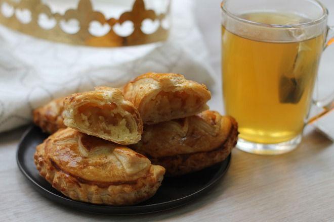 """750g vous propose la recette """"Mini chaussons des rois aux pommes caramélisées"""" accompagnée de sa version vidéo pour cuisiner en compagnie de Chef Damien et Chef Christophe."""