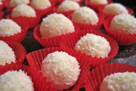 Wunderbare Eierlikörkugeln passen herrlich in die Advent- und Weihnachtszeit. Das Rezept wird mit Kokosraspeln abgerundet.