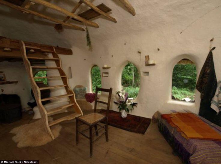 Una casa costruita con materiale riciclato al 100%, salvo la #paglia e qualche chiodo. Costo complessivo? 180 €