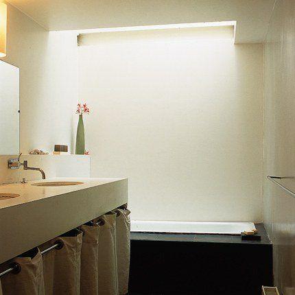 Une salle de bains contemporaine et zen... Tout blanc et une baignoire noire (pour la dramatiser ?)