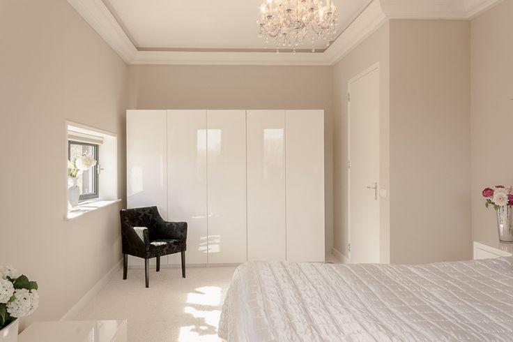 Vorige week mocht ik een fantastisch #penthouse in #Doetinchem fotograferen. Binnenkort op #funda! #tekoop ⠀ ⠀ ⠀ #verkoopstyling #woningfotografie #vastgoed #interieurfotograaf #vastgoedstyliste #huisverkopen #binnenkijken #stylist #wonen #interior #styling #homestaging #homedeco #funda #devastgoedstyliste #tamaratijdinkproducties #DVGS #slaapkamer #bedroom #bedroomdesign #inspiration #witwonen #kroonluchter #chandelier