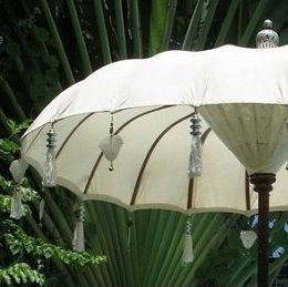 From Indonesia this Balinese Parasol. I like the idea of reuse/ upcycling an ordinairy outdoor Parasol and decorate it with thin Metal Ornament Hearts and Big Wooden Beads (that can stand the typical Dutch Weather ....!