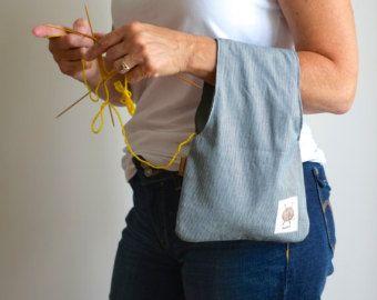 Simple et efficace, on porte ce sac de tricot au poignet lorsque lon tricote!  La balle y est placée à lintérieur et se déroule au fur et à mesure quon travaille. Cest lidéal pour les espaces restreints comme la voiture, les salles dattentes etc.  Ce sac est fait de coton à laspect de lin beige avec un fond en denim bleu. Lintérieur est gris (jai utilisé le verso du denim). Il y a une grosse étiquette de cuir sur le côté. Il est Réversible, vous pouvez lutiliser dun côté comme de lautre…