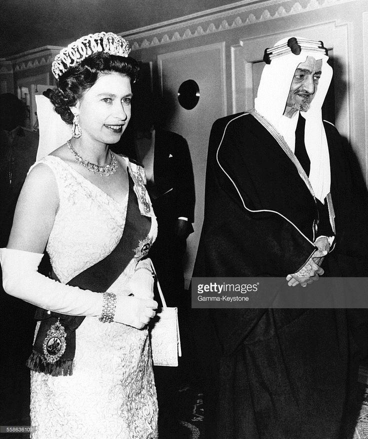 La Reine Elizabeth II arrive avec le Roi Faycal à l'hôtel Dorchester à une réception donnée en son honneur par le Roi D'Arabie Saoudite le 17 mai 1967 à Londres, Royaume-Uni.  (Photo by Keystone-France\Gamma-Rapho via Getty Images)