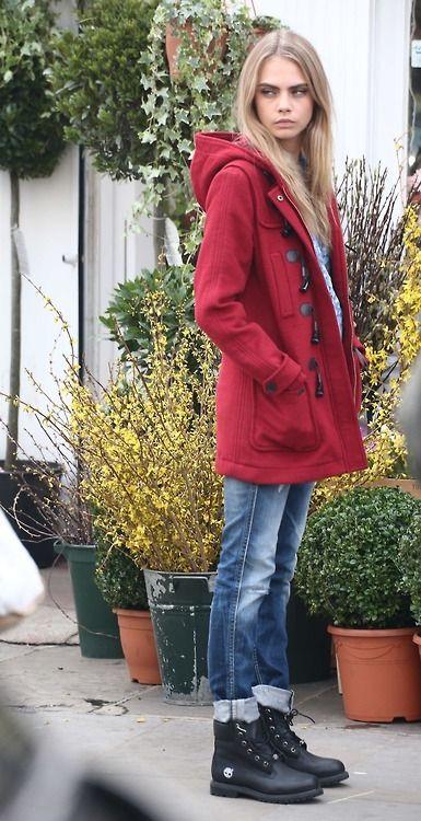 Comprar ropa de este look:  https://lookastic.es/moda-mujer/looks/trenca-roja-vaqueros-boyfriend-azules-botas-de-cuero-negras/2559  — Trenca Roja  — Vaqueros Boyfriend Azules  — Botas de Cuero Negras