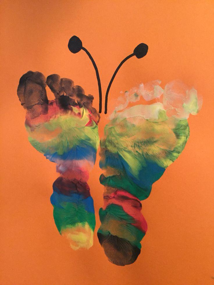 Een vlinder, voeten ingesmeerd met verf.