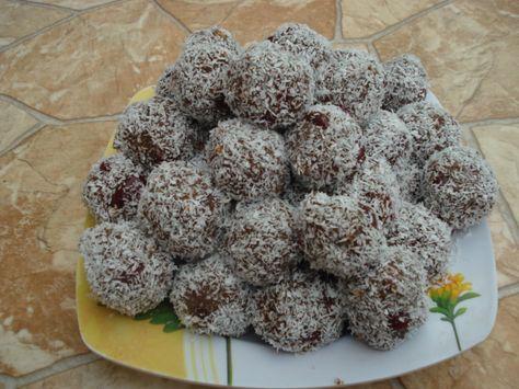 Reteta culinara Bilute de biscuiti cu visine si cocos din categoria Prajituri. Specific Romania. Cum sa faci Bilute de biscuiti cu visine si cocos