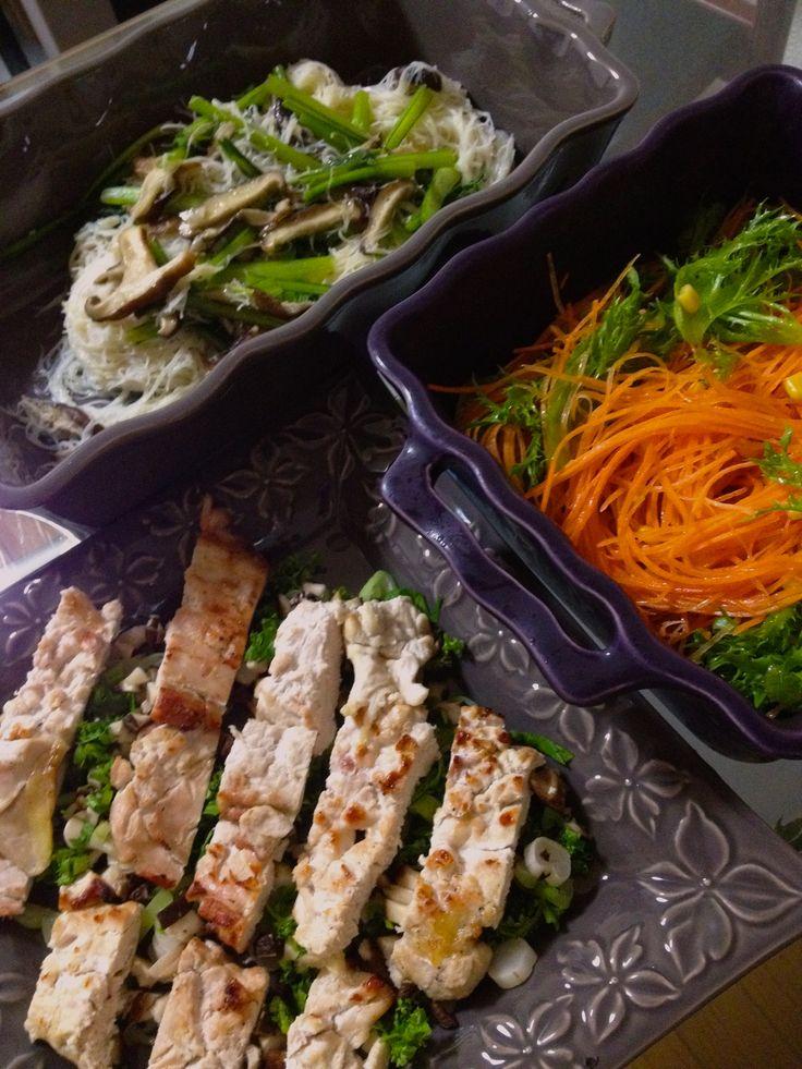 ビーフン、鶏肉入りサラダ、人参サラダ