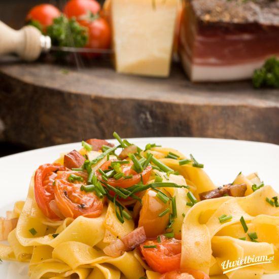 Makaron z sosem pomidorowym i rozmarynem