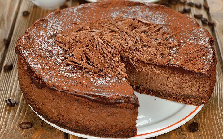 Tabanında yulaflı yanı sıra kakaolu bisküvinin bulunduğu cheesecake tarifi, krema dolgusu ve üzerinde bulunan yoğun çikolata ile enfes bir tat bırakıyor.
