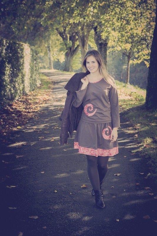 Ensemble d'une jupe et d'un pull en coton brun avec motif spirale dans un beau tissu imprimé rouge