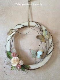 Coroncina in legno con fiori, foglie e farfalle di carta dipinte a mano