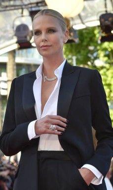 Charlize Theron veste smoking Dior, camisa e jóias Cartier na premiére do filme 'The last face', estrelado por ela e por Javier Bardem, que conta a história de amor de um casal de médicos que trabalham em um país africano em guerra civil