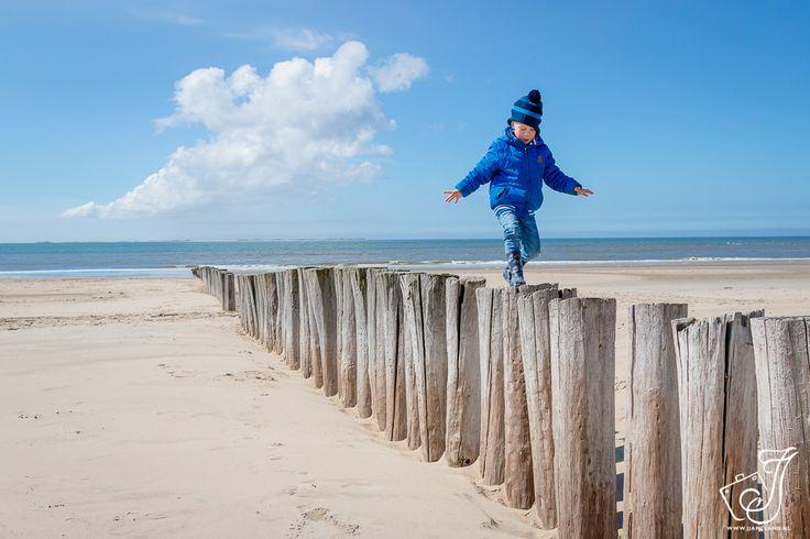 Super lustiges Fotoshooting am Strand an den Strandmasten von Ameland. Der Ameland Strand und die Dünen sind großartige Orte für Familien und Familienfotos …