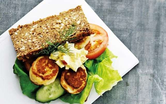 Urtefrikadellesandwich med picklesdressing